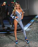 th_93607_Candice_Swanepoel_Victorias_Secret_Fashion_Show_in_NY_Catwalk_November_19_2009_06_122_563lo.jpg