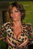 Lisa Rinna Even Elmo wants to see her cleavage Foto 129 (���� ����� ���� Elmo ����� ������ �� ����������� ���� 129)