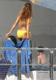 [Imagen: th_79095_beyonce-bikini-yellow-05_122_877lo.jpg]